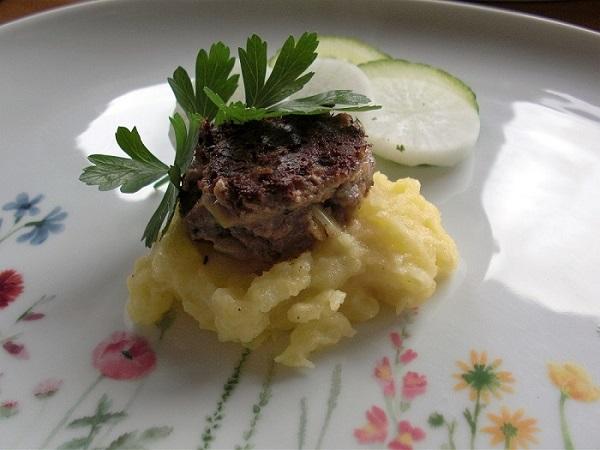 Abbildung Hackfleischküchla mit Kartoffelbrei auf Teller angerichtet