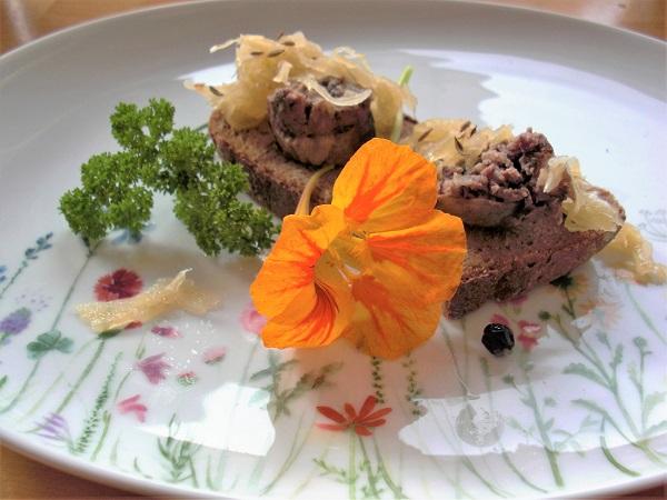 Leberwürste mit fränkischem Sauerkraut und Brot