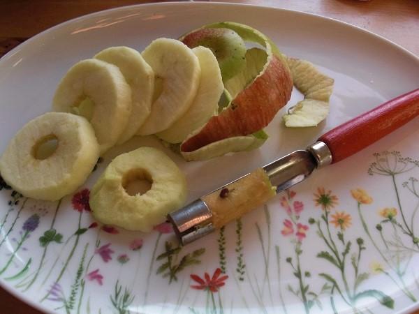 Äpfel für fränkische Apfelkräpfla vorbereiten