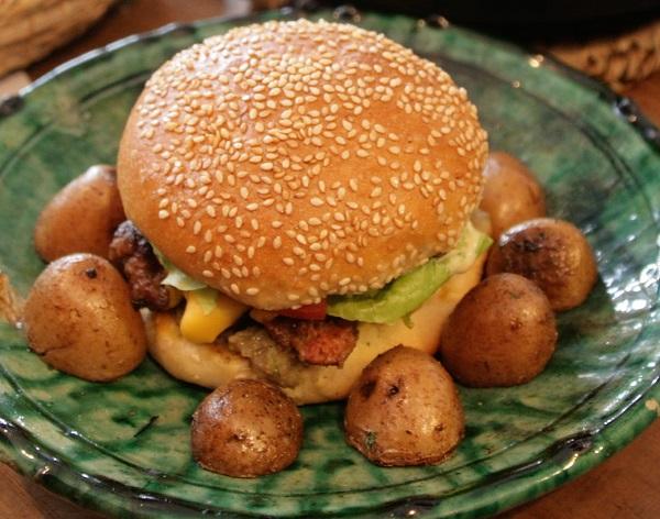 Abbildung Hamburger nach marokkanischer Art im Fladenbrot und Kartoffeln