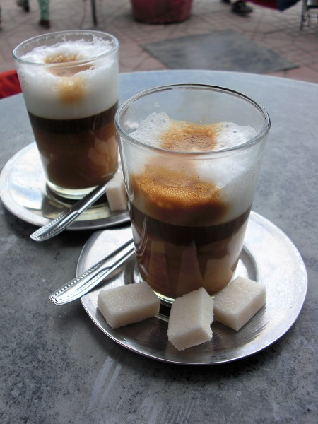 Abbildung Kaffee halb Milch halb Kaffee auf dem Djemaa el Fna in Marrakesch