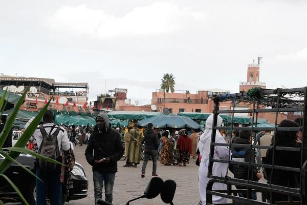 Abbildung Menschen auf dem Markt Djemaa el Fna in Marrakesch