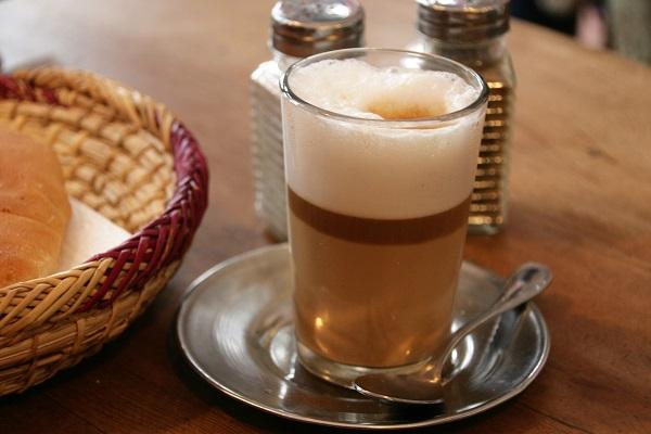 Abbildung ein Glas mit Gewürzkaffee auf dem Tisch in einem Kaffee in Marrakesch