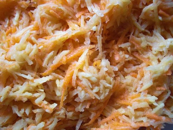 Baggersteig aus geriebenen Kartoffeln und Möhren