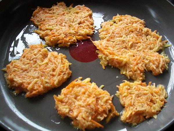 Kartoffelpuffer-Teig in der Pfanne ausbraten