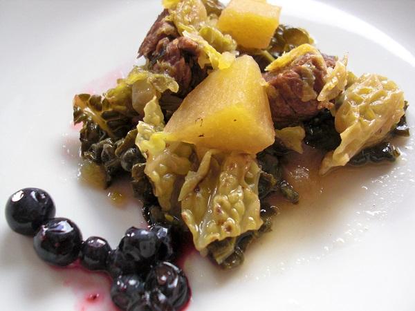 Abbildung Rindfleisch mit Kartoffeln und Wirsing auf Teller angerichtet