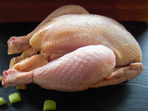 Abbildung gerupftes Hähnchen auf Schieferplatte