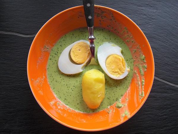 Foto Grie Soß mit gekochtem Ei und Pellkartoffel