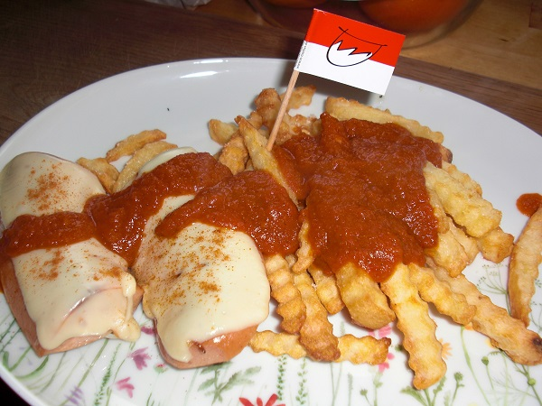 Fränkische Currywurst mit Käse überbacken und viel Currysoße