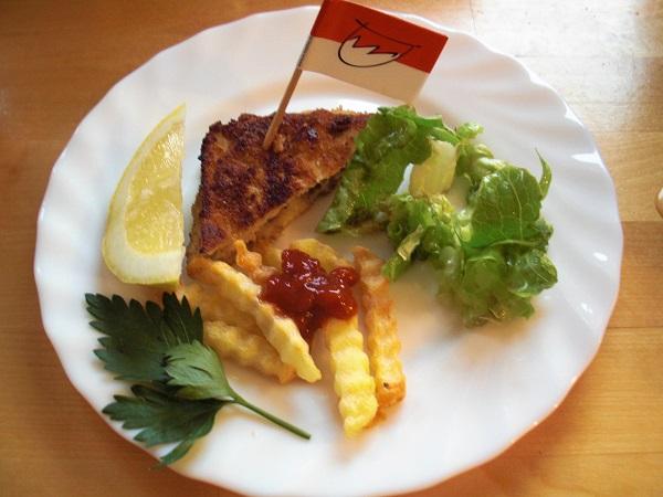 Foto Wiener Schnitzel mit Salat und Pommes auf weißem Teller