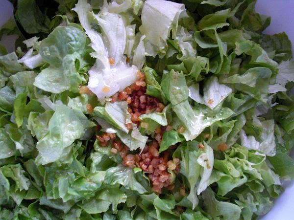 Foto Blattsalat kleingeschnitten mit gerösteten grünen Speckwürfeln obendrauf