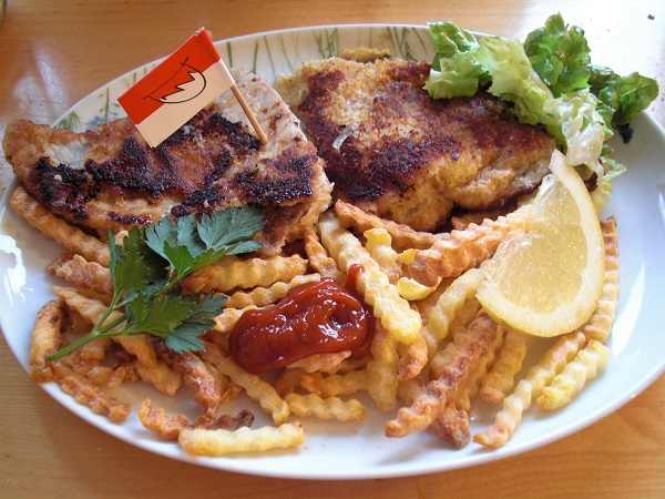 Fränkische Portion eines orginal Wiener Kalbsschnitzel mit Pommes und Salat