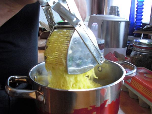 Kartoffel pressen für fränkische grüne Klöße