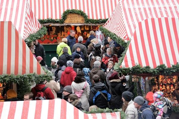Verkaufsbuden auf dem Weihnachtsmarkt in Nürnberg am Hauptmarkt