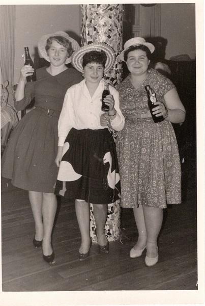 Foto drei junge Frauen leicht verkleidet mit je einer Flasche Bier in der Hand beim Fasching im Jahr 1958