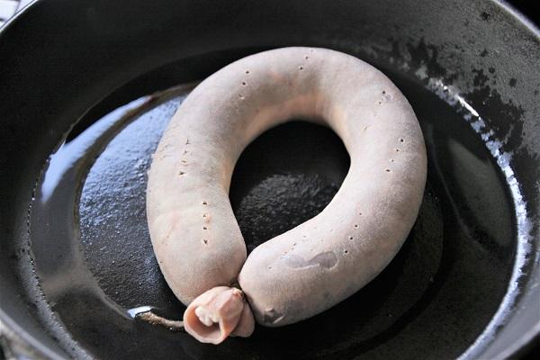 Foto Fränkische Krautwurst in einer Pfanne mit heißem Fett
