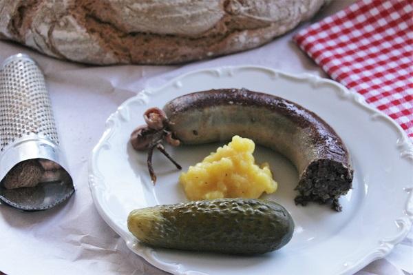 Foto fränkische Krautwurst mit Kartoffelbrei auf weißem Teller