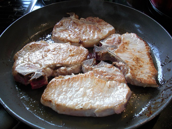 Koteletts in einer Pfanne von beiden Seiten anbraten
