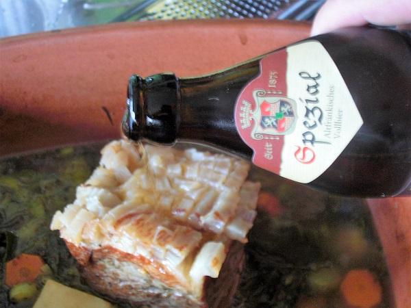 Schwarte mit Bier übergießen