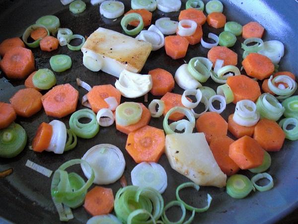 Das Suppengemüse wird in einer Pfanne angebraten