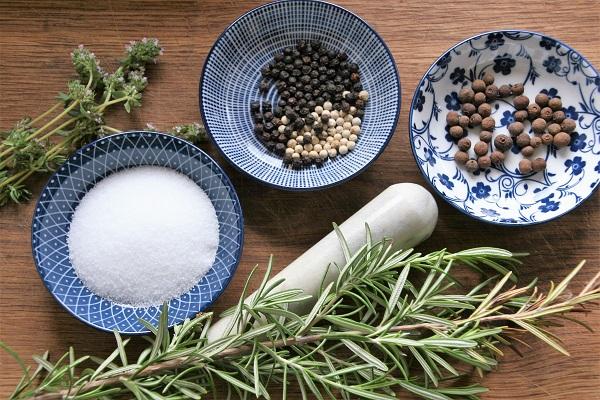 Zutaten für selbstgemachte Bratwürste aus Rehfleisch