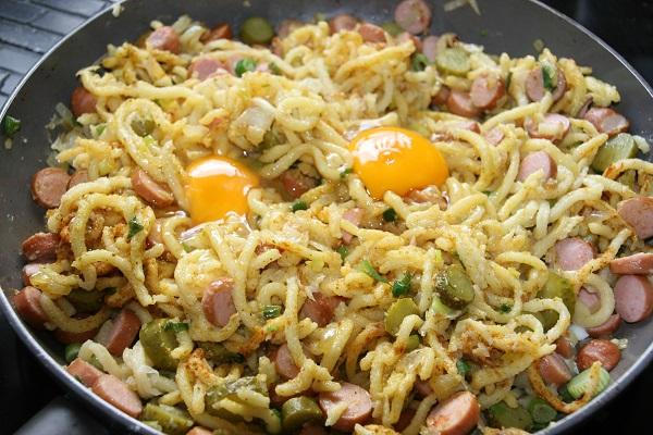 Spätzle mit Eier und anderen Zutaten
