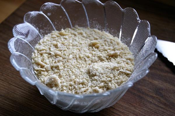 Brösel aus Weizenmehl und Ei