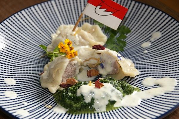 Foto Fränkische Ravioli mit Bratwurstbrätfüllung auf Teller mit blau-weißem Muster