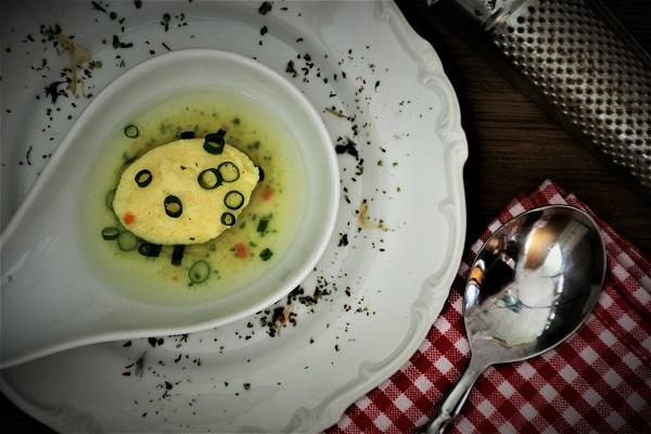 Suppe mit Grießklößchen