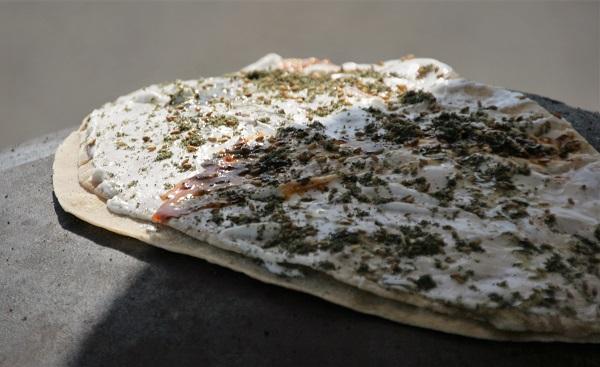 Israelischer Pfannkuchen mit Frischkäse und Zatar