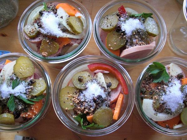 Foto Einweckgläser von oben gefüllt mit Gemüse und Fleischwurst mit Zucker bestreut