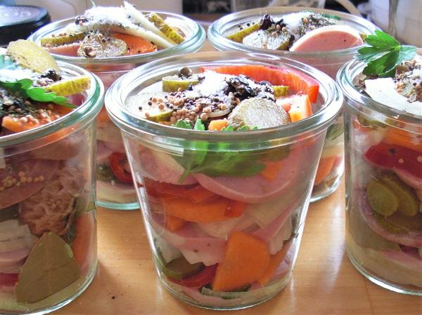 Foto Einweckgläser gefüllt mit Gemüse und Fleischwurstscheiben im Weckglas
