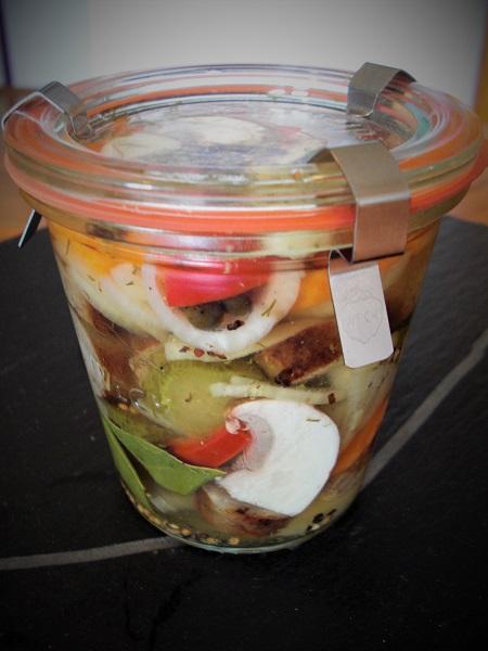 Foto Bratwurstscheiben mit Paprika, Zwiebeln und Essiggurken im Einweckglas