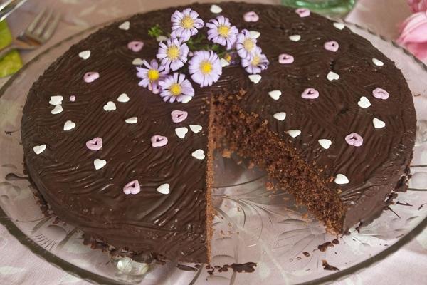 Abbildung Schokoladenkuchne angeschnitten auf Glasteller