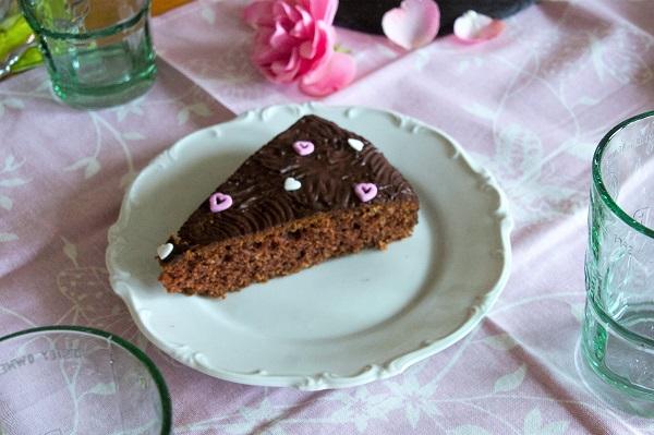 SchokoladenkuchenStück auf weißem Teller angerichtet