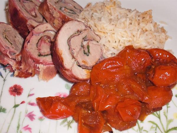 Foto Schweinerouladen mit Schinken-Käsefüllung und Kirschtomaten und Reis auf Teller mit Blumenwiesemuster