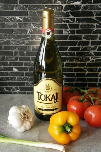Foto eine Flasche Tokaji ungarischer Dessertwein