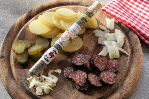 Foto Zutaten für fränkische Bauernpfanne Zwiebeln, Kartoffeln und Bauernseufzer kleingeschnitten