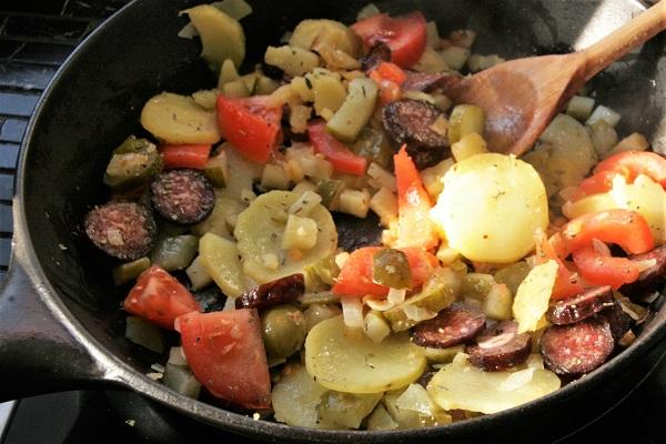 Foto fränkische Bauernpfanne mit Bratkartoffeln und geräucherten Bratwürsten