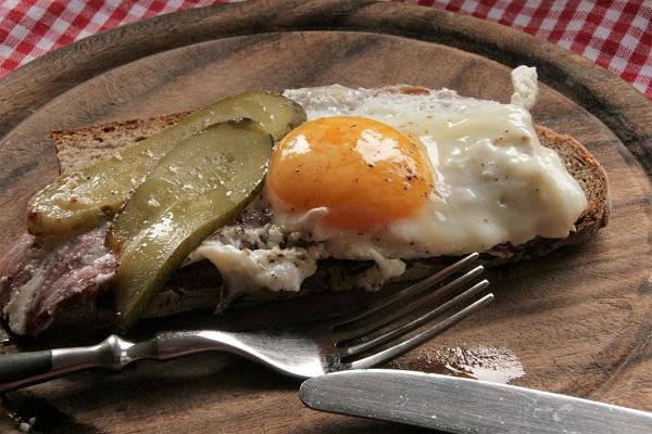 Foto Brotscheibe mit Schinken und Spiegelei belegt für fränkisches Bauernfrühstück