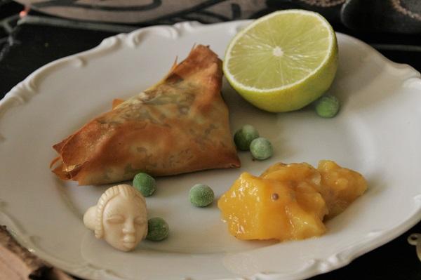 Foto Sambusa mit fränkischer Jura-Lamm-Gemüsefüllung und Mango-Chutney auf weißem Teller