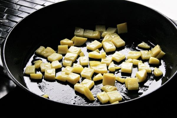 Foto Kartoffelwürfel in einer Pfanne anbraten