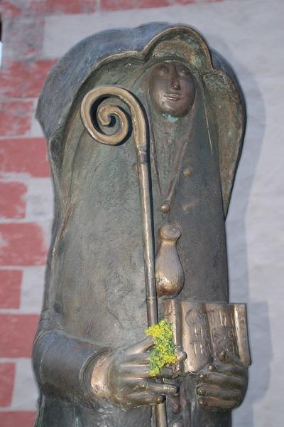 Statue der heiligen Walburga auf dem Walberla