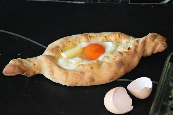 Foto Chatschapuri - georgisches Käsebrot mit Ei