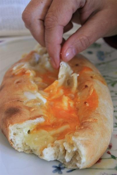 Foto Käsebrot mit Ei wird mit den Händen gegessen