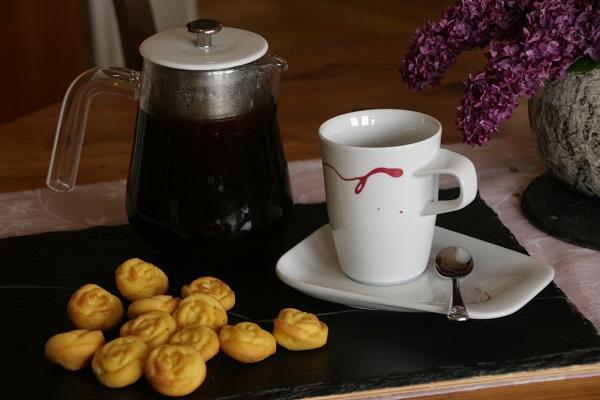 Madeleins mit frischem Kaffee