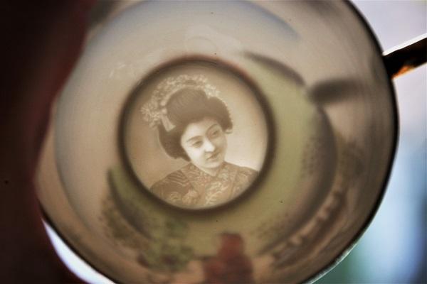 Foto japanischer Frauenkopf in einem Tassenboden