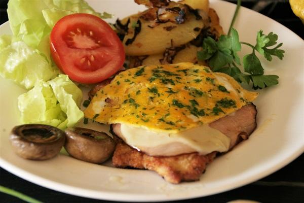Kalbsschnitzel mit Schinken, Käse und Rührei