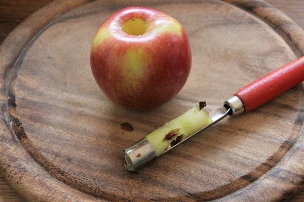Apfel mit ausgestochenem Kerngehäuse