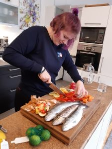 Leona Kröppel bereitet die Forellen zu